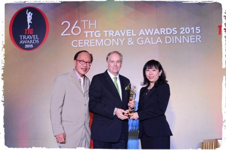 (From L to R) TTG Group Publisher Michael Chow and PATA CEO Mario Hardy presenting the Best City Hotel - Singapore award to Jennifer Chin, Senior Director of Business Development for Mandarin Orchard Singapore (PRNewsFoto/Meritus International Pte Ltd)