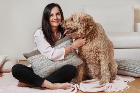 Artist who transforms groomed pet fur into stylishfabrics